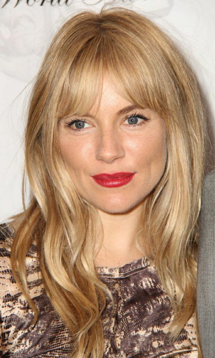 2-les-tendances-chez-la-coloration-de-cheveux-blond-foncé-cendré-femme-avec-levres-rouges