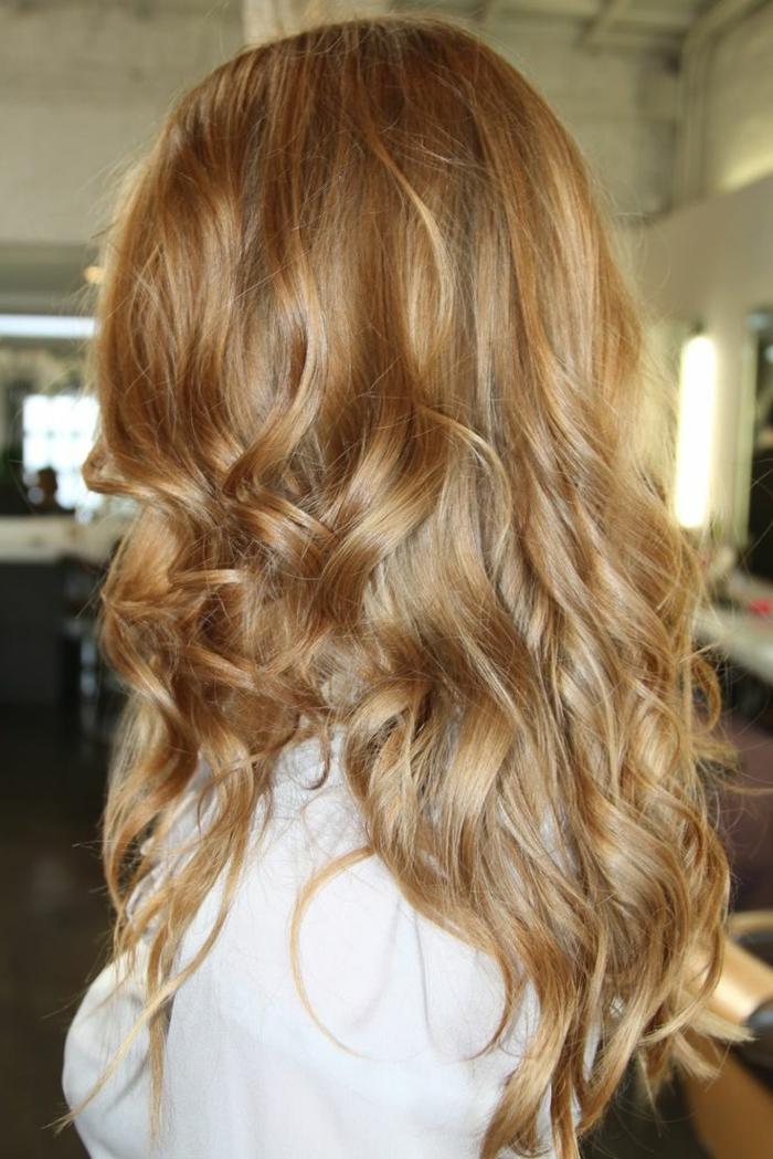 2-les-tendances-pour-2017-cheveux-blond-cuivré-meche-blond-femme-moderne