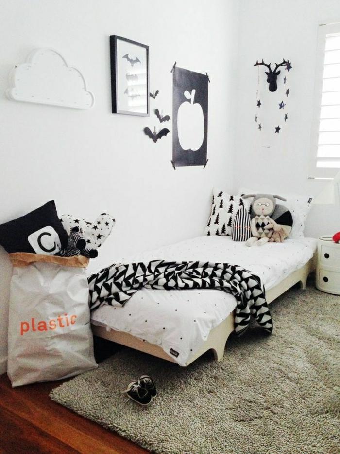 2-pan-de-mur-decoration-sur-les-murs-blancs-une-decoration-noire-sur-les-murs-blancs