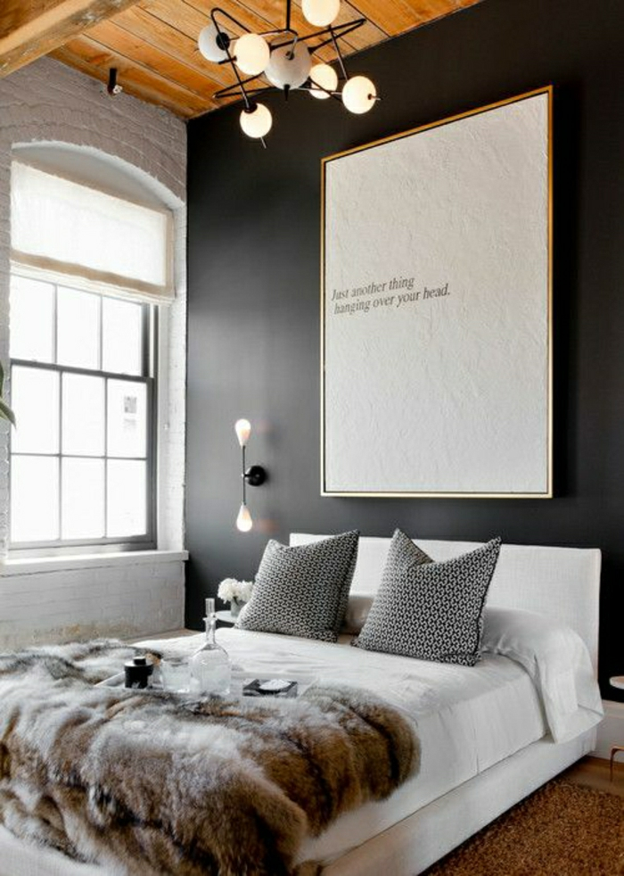 2-plaid-en-fourrure-pour-le-lit-dans-la-chambre-a-coucher-murs-noirs-et-lustre-pour-le-plafond