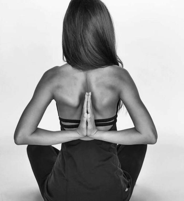 3-les-exercices-de-yoga-position-yoga-posture-photo-noir-et-blanc
