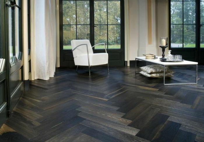 3-sol-en-parquet-noir-meubles-blancs-dans-la-salle-de-sejour-fenetre-grande-dans-la-salle-de-sejour