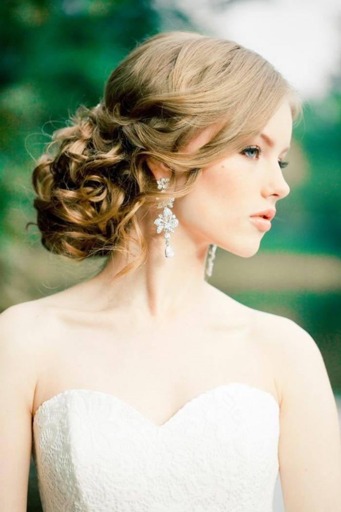 Beau-chignon-tressé-mariage-robe-et-beauté-belle-femme-mariée