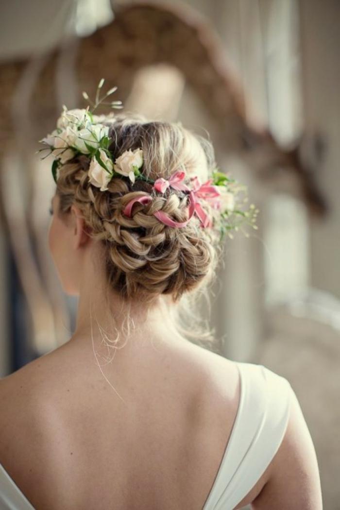 Beau-chignon-tressé-mariage-robe-et-beauté-idée-coiffure-mariage-couronne-fleurs