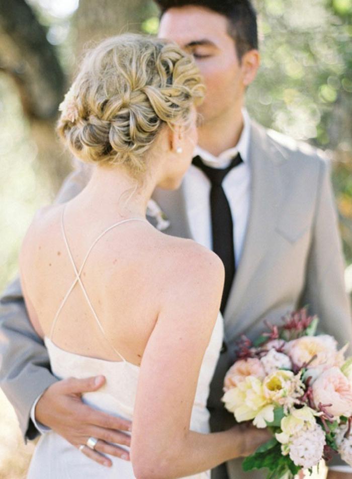 Beau-chignon-tressé-mariage-robe-et-beauté-jour-de-mariage