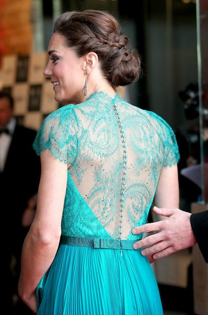 Beau-chignon-tressé-mariage-robe-longue-en-bleu-de-kate-midleton