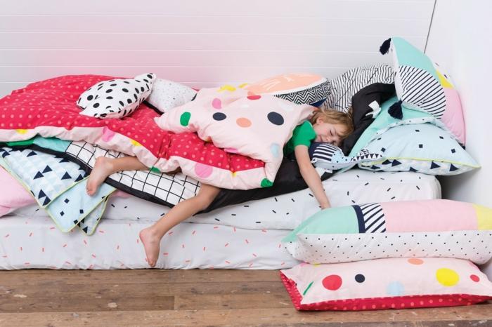 oreiller-enfant-belle-idée-lit-oreiller-enfant-déco-chambre-beau-lit-sur-sol-enfant-endormis