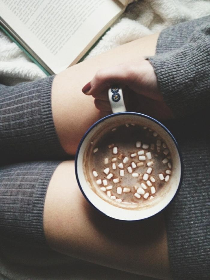 Belle-idée-tenue-de-jour-avec-pull-cachemire-chocolat-chaude