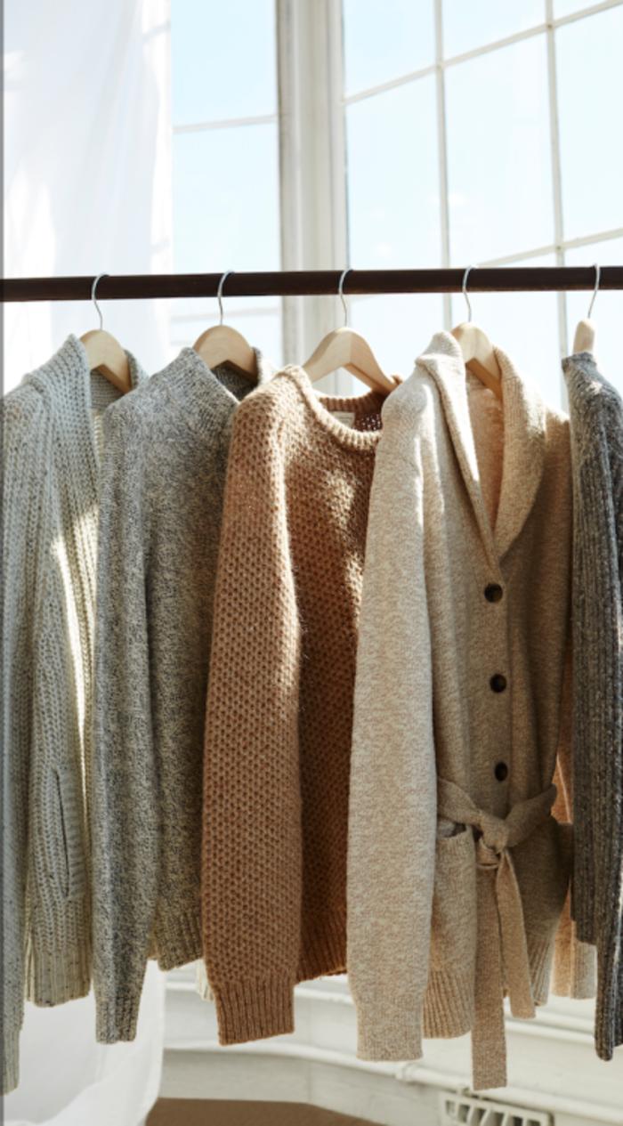 Belle-idée-tenue-de-jour-avec-pull-cachemire-sur-hang-armoire