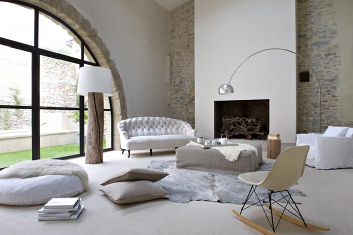 Belle-maison-décorée-pour-créer-de-l-ambiance-cozy-blanc-cheminée