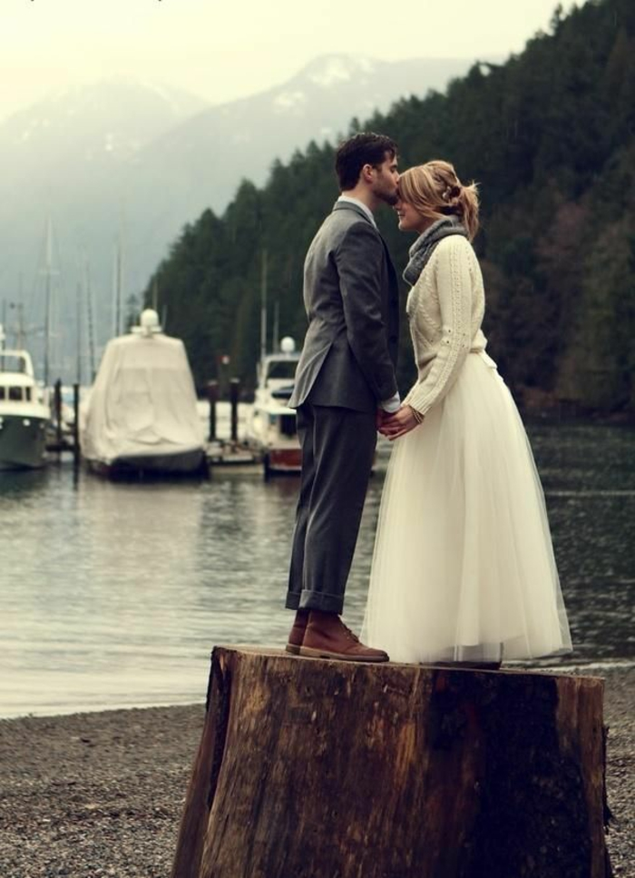 Belle-robe-mariée-hiver-et-printemps-lac-foret-couple-resized