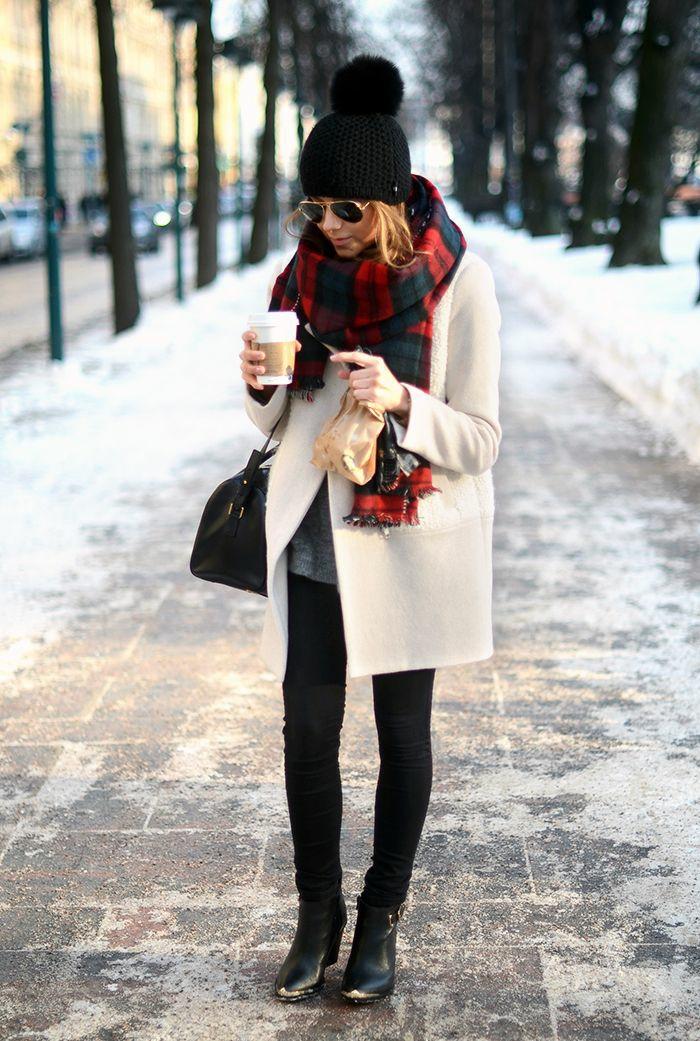 Boire-café-dans-tasse-isotherme-tasse-thermos-petit-à-une-femme-tenue-hiver