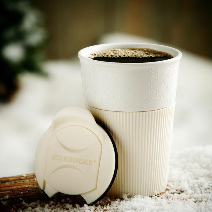 Boire-café-dans-tasse-isotherme-tasse-thermos-starbucks-en-blanc