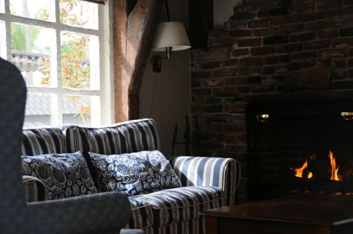 Canape-salle-de-séjour-lampe-liseuse-dans-le-salon-cheminé