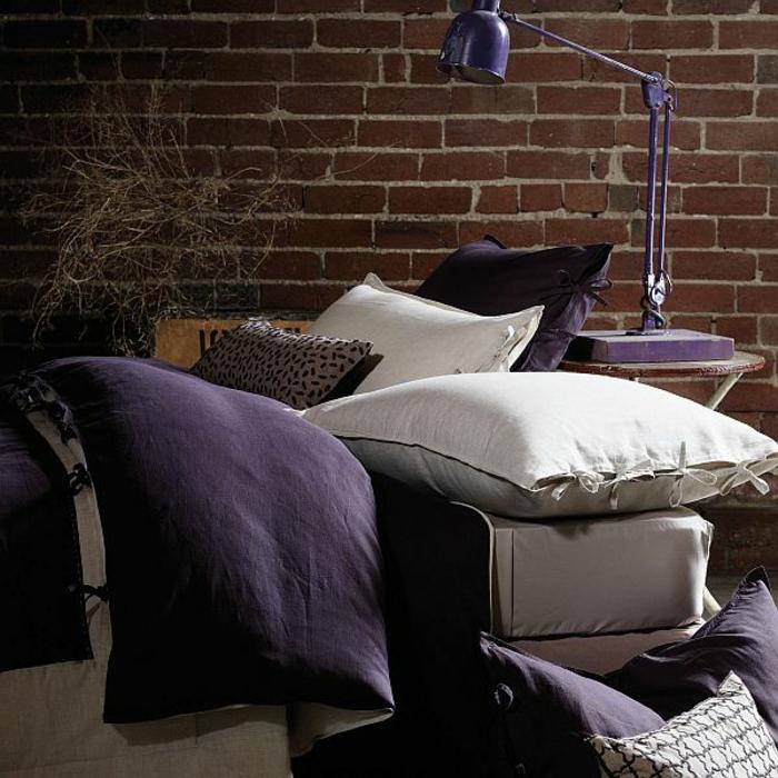 Canape-salle-de-séjour-lampe-liseuse-dans-le-salon-violet