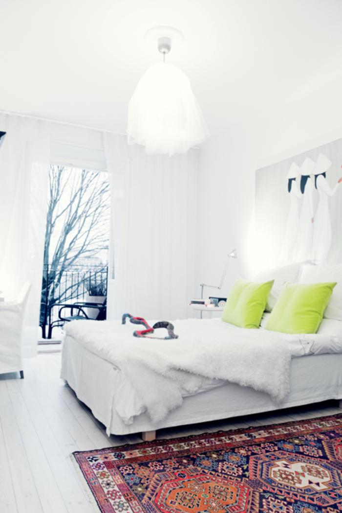 Chambre-à-coucher-bien-aménagée-tapis-coloré-blanche