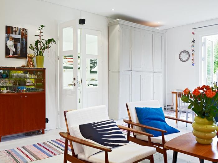 Chambre-à-coucher-bien-aménagée-tapis-coloré-intérieur
