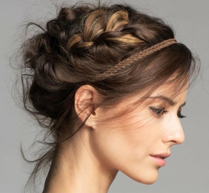Chignon-avec-tresse-coiffure-moderne-cool-chignon-romantique