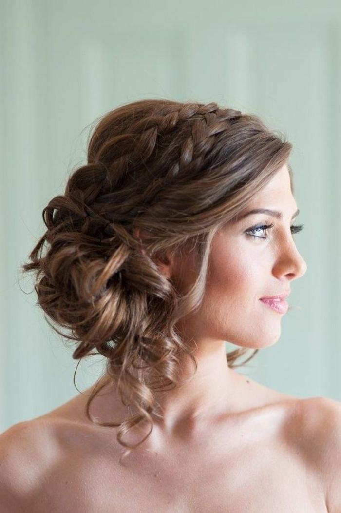 Chignon-avec-tresse-coiffure-moderne-femme