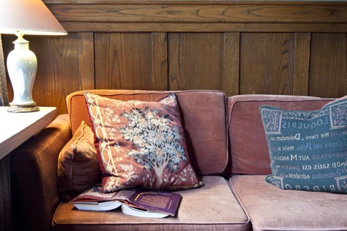originale-salle-rétro-canapé-et-lampe-lire