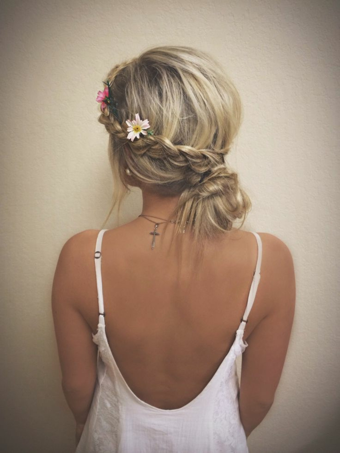Idée-coiffure-jolie-le-chignon-tressé-original-cheveux-blond-longs