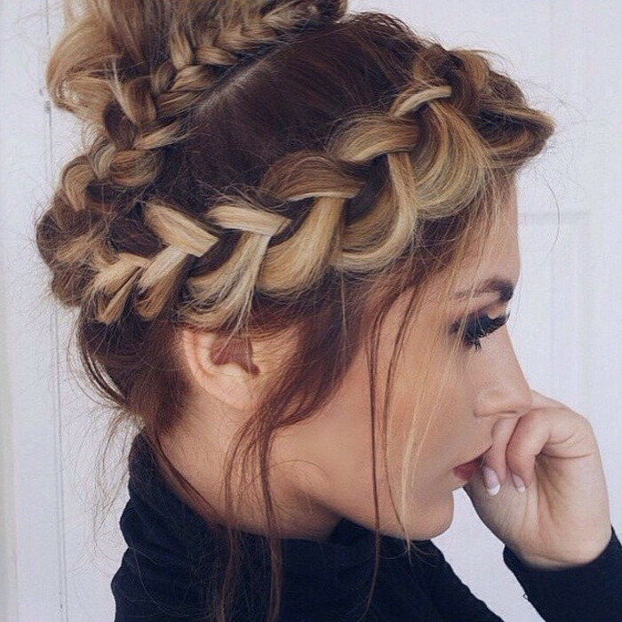 Idée-coiffure-jolie-le-chignon-tressé-original-femme-jolie-cheveux-blondes-ombré