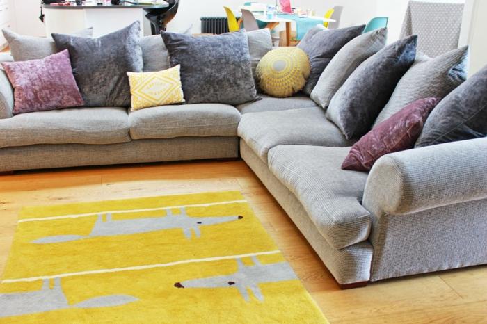 Idée-de-tapis-jaune-salon-bien-aménagéee-avec-canapé-confortable-zoella