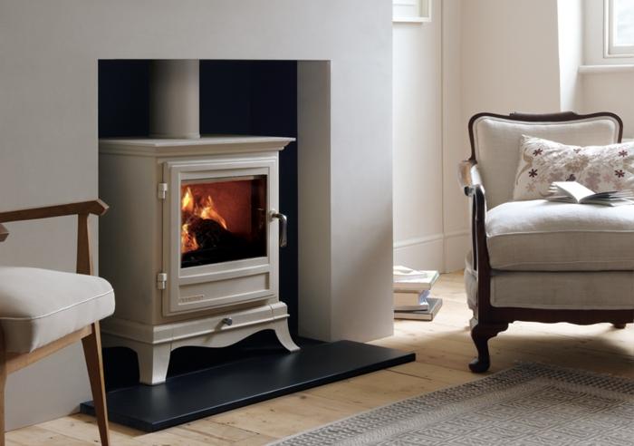 Idée-intérieur-design-poele-godin-poele-à-bois-chaise-fauteuil-blanc-confortable