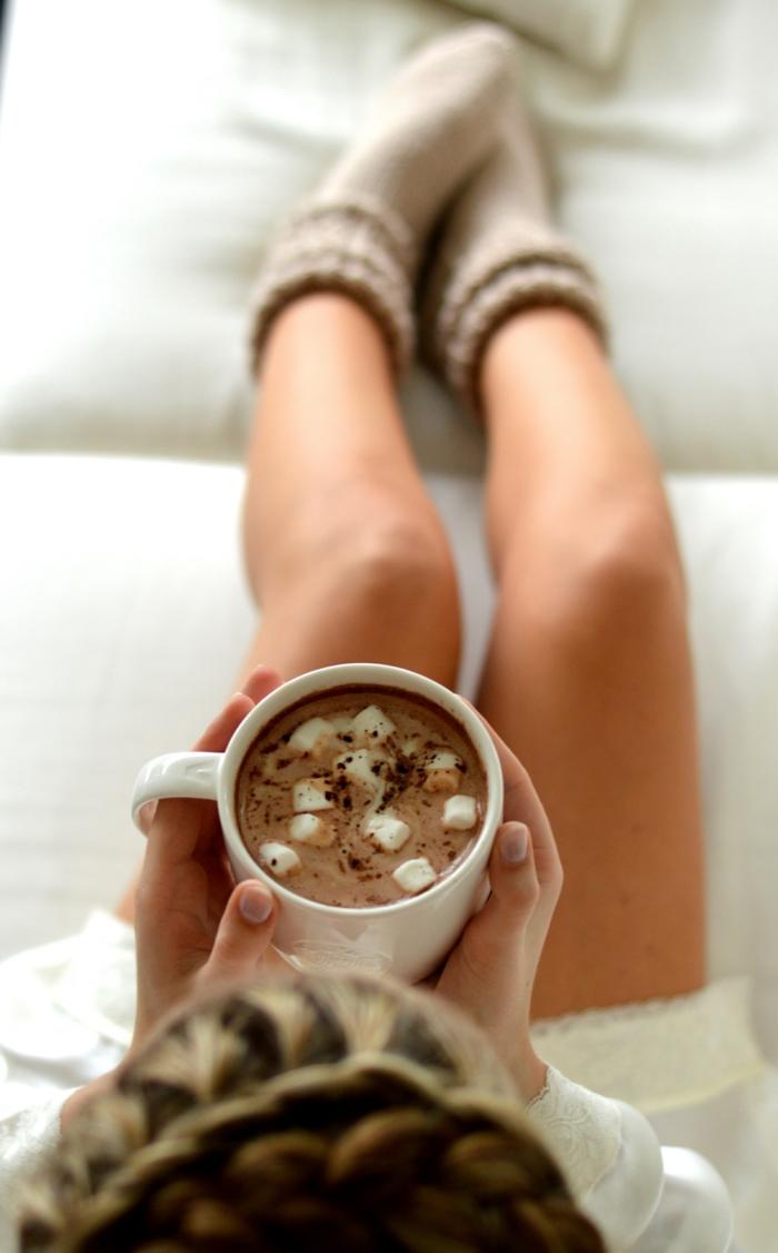 Idée-salon-bien-aménagéee-avec-canapé-confortable-ambiance-chocolat-chaud