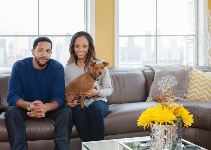 Idée-salon-bien-aménagéee-avec-canapé-confortable-couple-et-chien