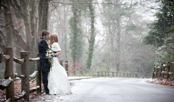 La-plus-belle-robe-de-mariee-en-hiver-amour-bisou-froid-neige-robe-mariage-resized