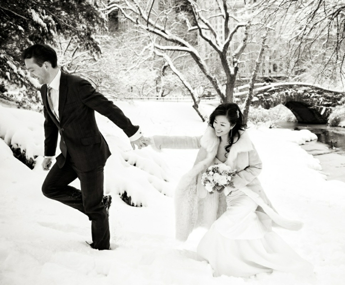 La-robe-de-mariée-hiver-saison-bustier-amour-couple-heureuse-photo-noir-et-blanc-central-park-resized