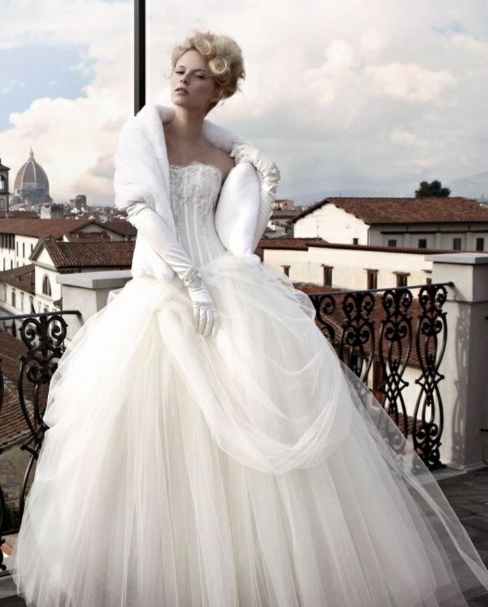 La-robe-de-mariée-hiver-saison-bustier-belle-vue-de-balcon-à-florance-resized