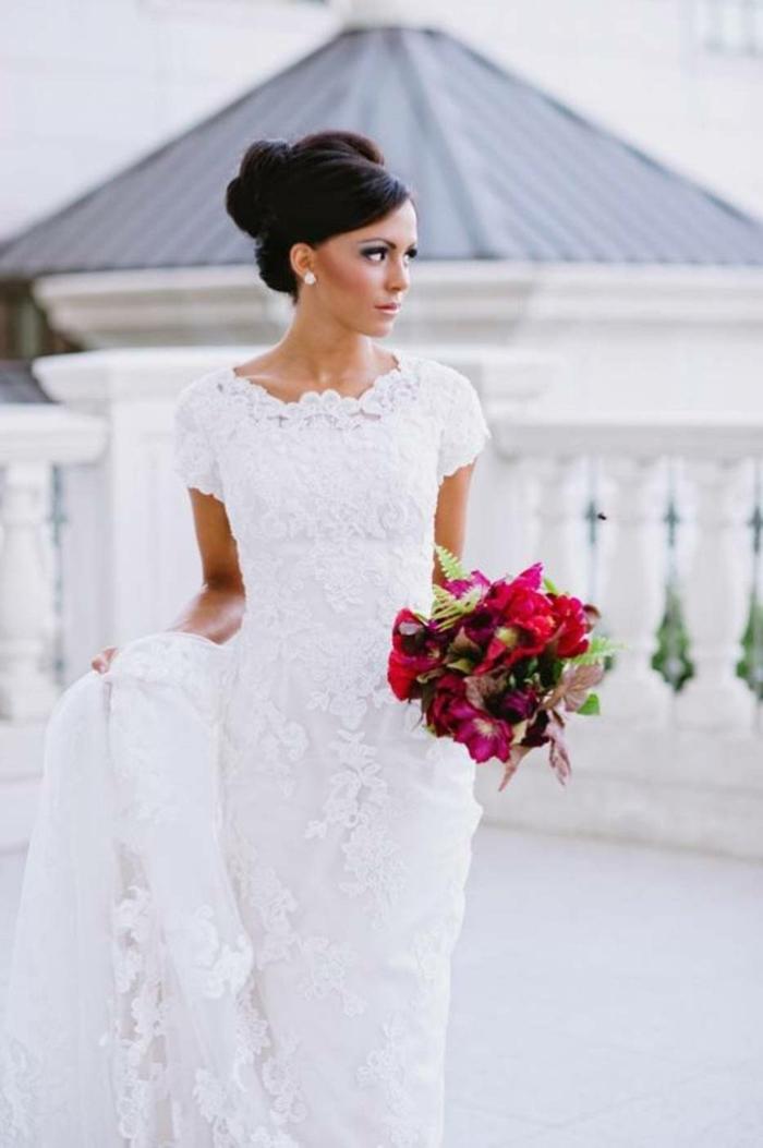 La-robe-de-mariée-hiver-saison-bustier-le-bouquet-de-mariée-ronde-resized