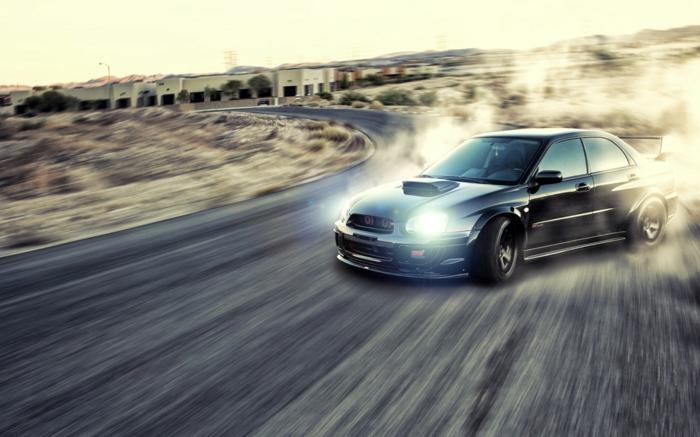 La-voiture-sporte-drift-sur-piste-circuit-idée-voiture-circuit-cool