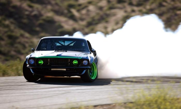 La-voiture-sporte-drift-sur-piste-circuit-idée-voiture-fond-écran-gratuit