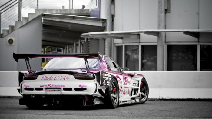 La-voiture-sporte-drift-sur-piste-circuit-idée-voiture-grand-prix