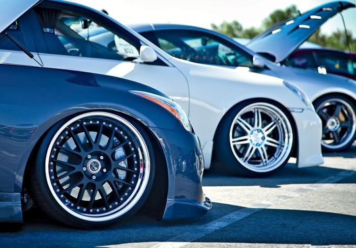 La-voiture-sporte-drift-sur-piste-circuit-idée-voiture-options