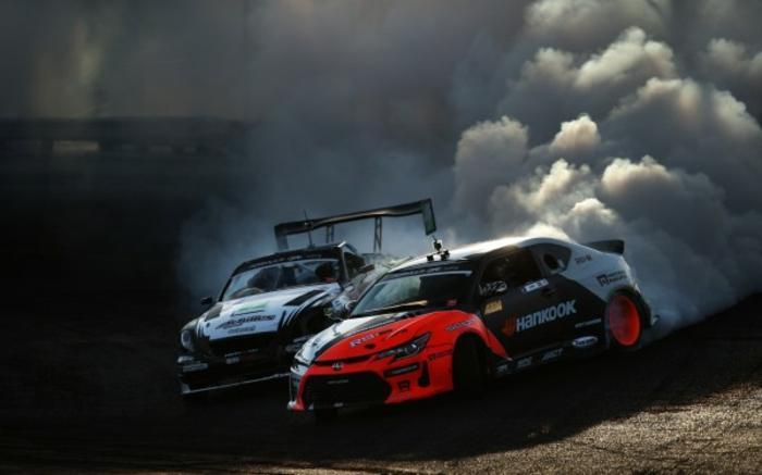 Le-drift-sur-circuit-sport-automobile-de-glisse-control-beauté