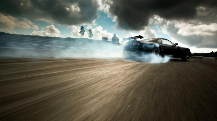 Le-drift-sur-circuit-sport-automobile-de-glisse-control-cool