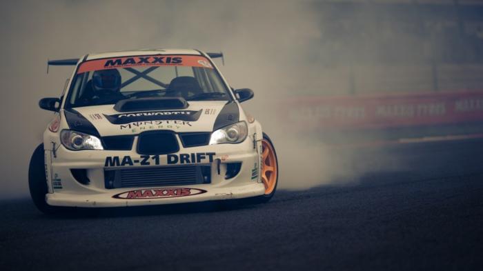 Le-drift-sur-circuit-sport-automobile-de-glisse-control-piste