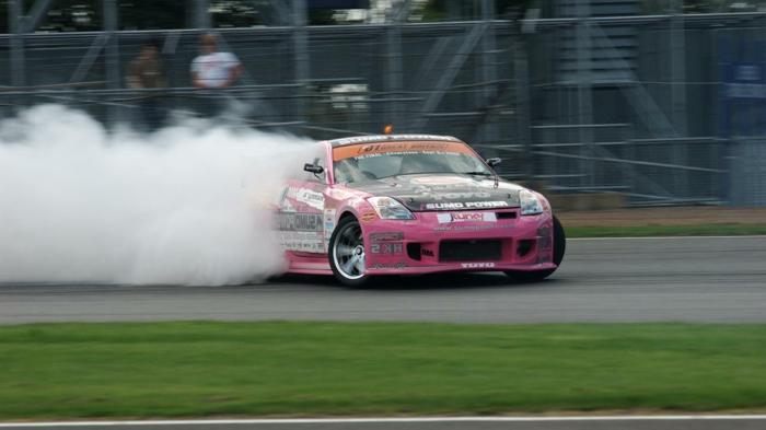 Le-drift-sur-circuit-sport-automobile-de-glisse-control-rose-vert