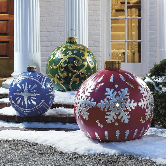 Le-sapin-de-noel-original-décoration-de-noël-une-idée-exterieur-grande-boule