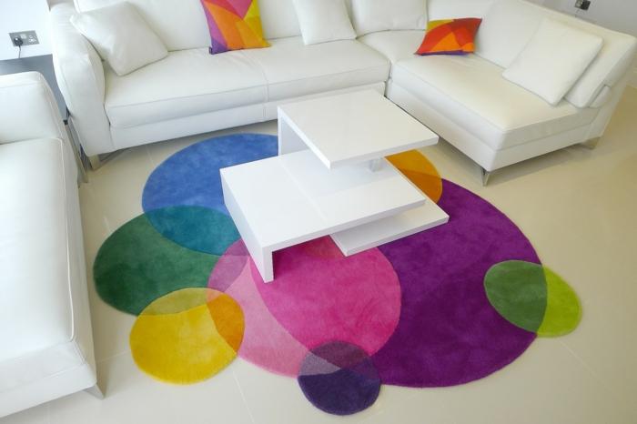 Le-tapis-colore-bon-pour-la-salle-de-séjour-lux-table-blanche