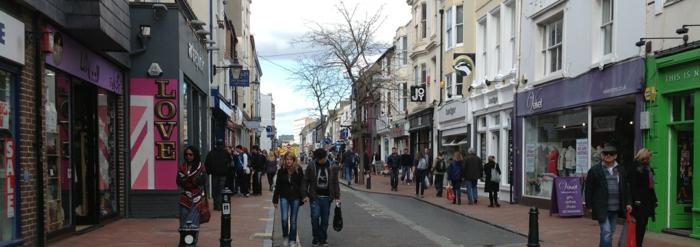 Les-vacanciers-aiment-brighton-uk-ville-au-bord-de-la-mer-rue-promenade