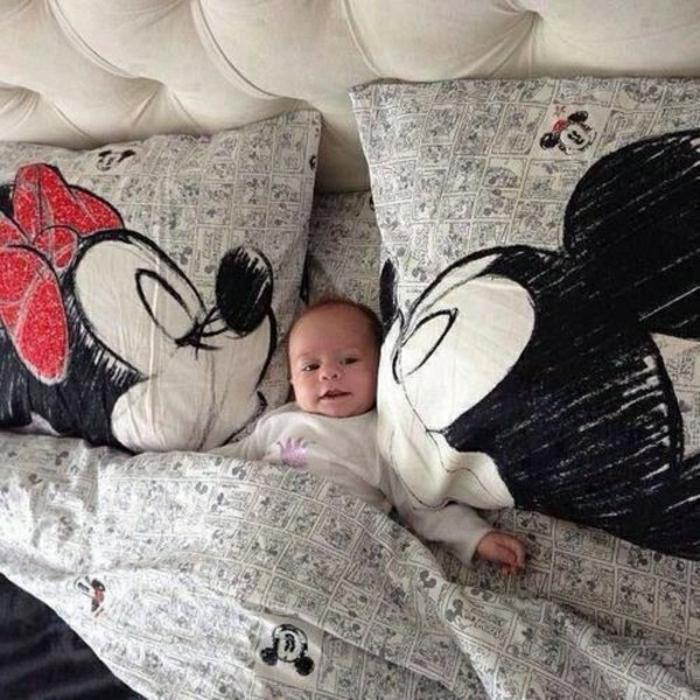 Pour-le-lit-dans-la-chambre-enfant-taie-oreiller-enfant-mikey-et-minnie