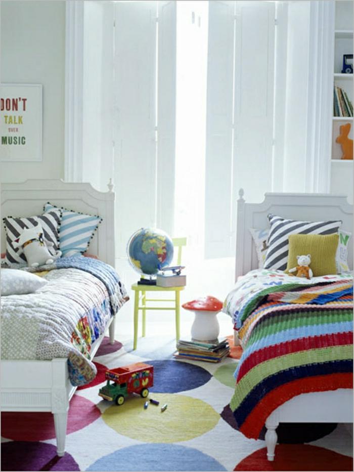 Salon-aménagement-avec-tapis-colorés-idées-chambre-enfant