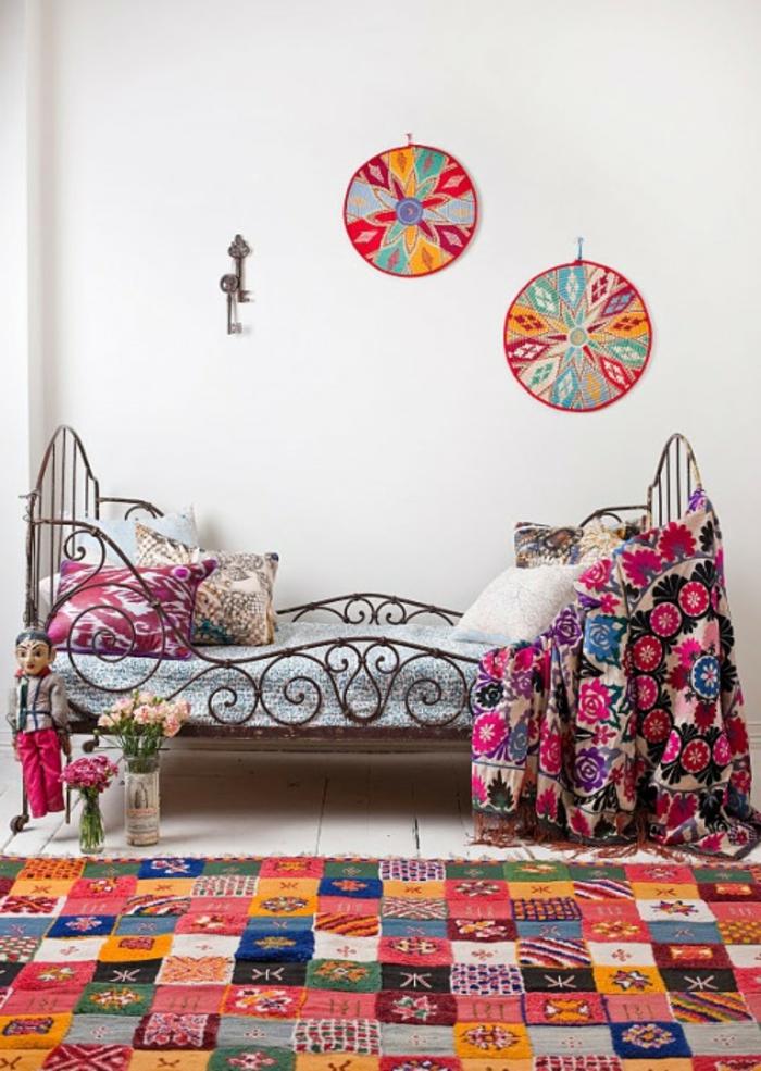 Salon-aménagement-avec-tapis-colorés-idées-lit-en-fer