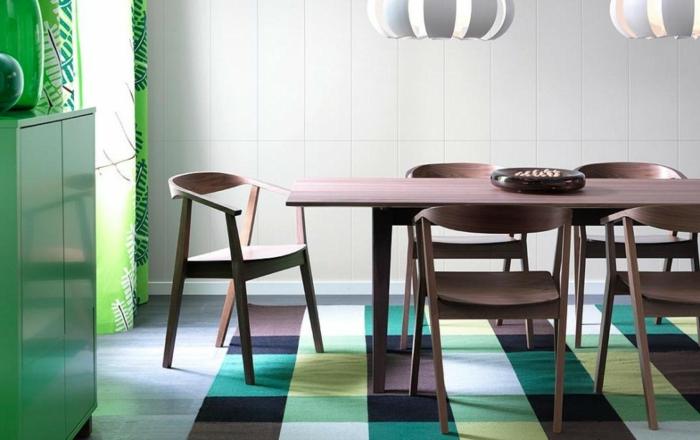 Salon-aménagement-avec-tapis-colorés-idées-vert-table-à-manger
