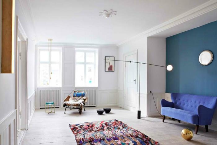 Salon-aménager-avec-tapis-colorés-idées-canapé-en-bleu